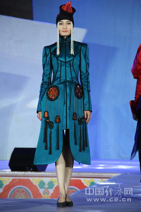 为在第十届中国蒙古族服装服饰艺术节暨蒙古族服装服饰大赛上,参图片